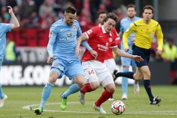 Haris Seferovic im Zweikampf mit dem Mainzer Julian Baumgartlinger