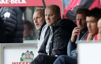 Thomas Schaaf (Mitte) trat nach nur einem Jahr in Frankfurt zurück.