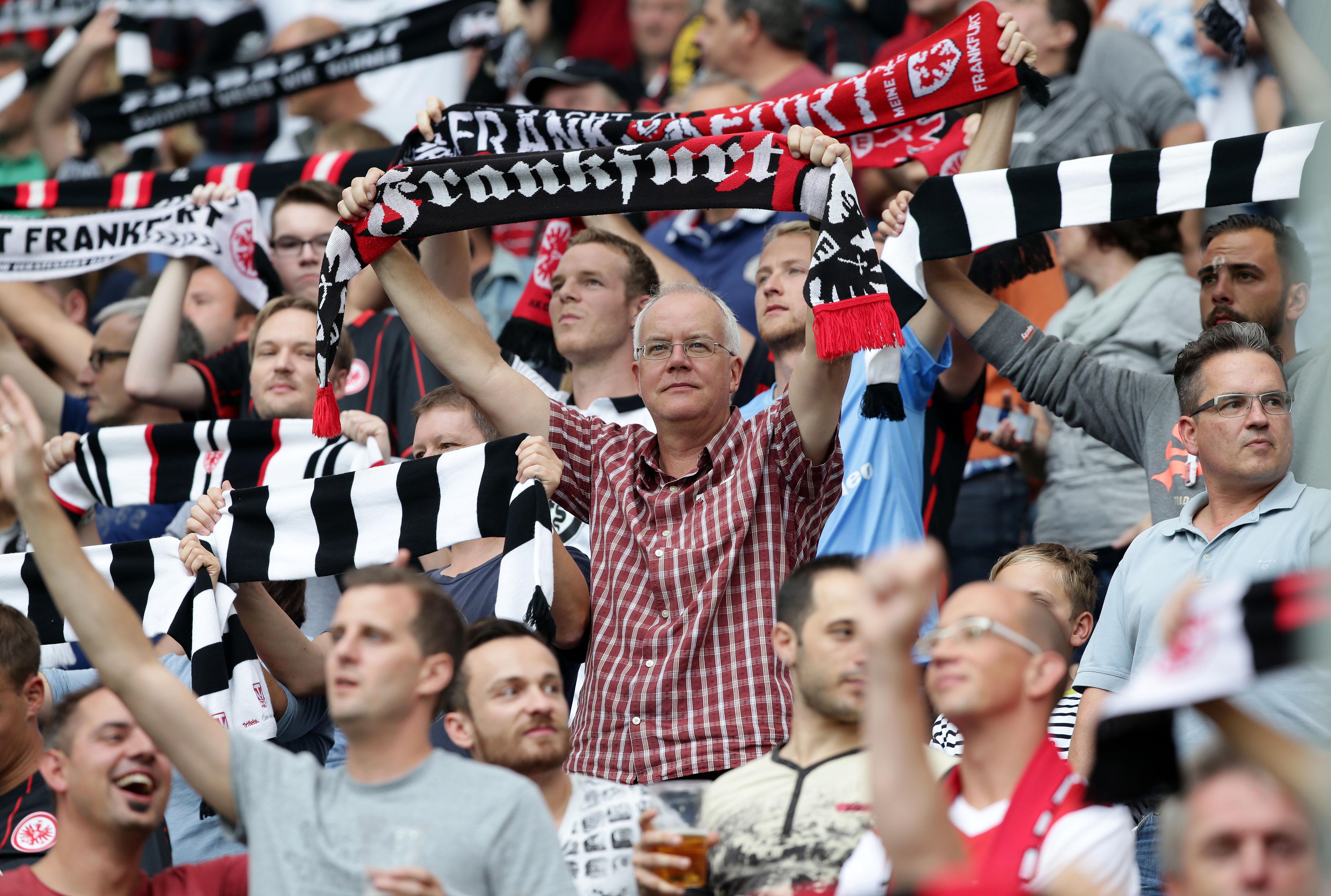 Eine Solidaritätskampagne Für Flüchtlinge Spaltet Fans Und Vereine