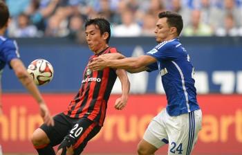 Bald im gleichen Trikot? Makoto Hasebe (li.) gegen Schalkes Kaan Ayhan (re.)