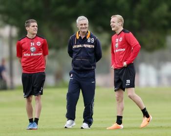Wird auch im Winter auf seine beiden ehemaligen Leistungsträger Sebastian Jung (li.) und Sebastian Rode (re.) verzichten müssen. Trainer Armin Veh (Mi.).