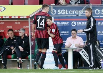 Alex Meier musste vor drei Jahren in  Augsburg schon frühzeitig verletzt vom Feld.