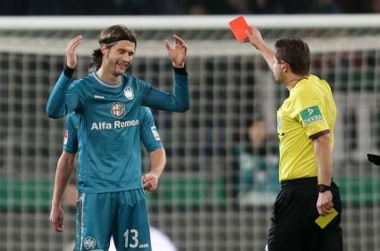 Ob unberechtigte Rote Karten bald der Vergangenheit angehören? Der DFB jedenfalls unterstützt die Einführung des Videobeweises. Auch Ex-Adler Martin Lanig war nicht immer zufrieden mit den Tatsachenentscheidungen der Schiedsrichter.