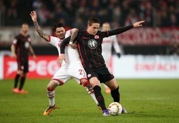 Bastian Oczipka im Zweikampf mit Leonardo Bittencourt.