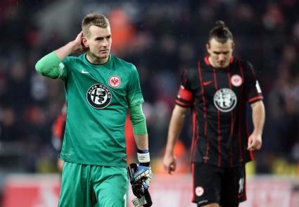 Lukas Hradecky und Alexander Meier nach dem Schlusspfiff