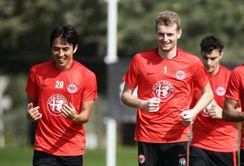 Sind derzeit mit ihren Nationalteams unterwegs: Makoto Hasebe (re.) und Lukas Hradecky.