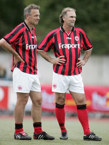Charly Körbel (links) und Ronald Borchers waren beim bisher einzigen Bundesliga-Sieg der Eintracht in Darmstadt dabei.