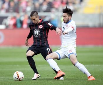 Mijat Gacinovic im Zweikampf mit Suat Serdar