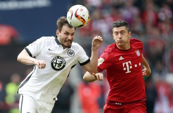 Huszti im Zweikampf mit Bayern-Stürmer Lewandowski.