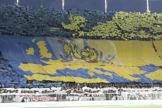 Die beeindruckend Choreographie der Eintrachtfans zum Halbfinale.