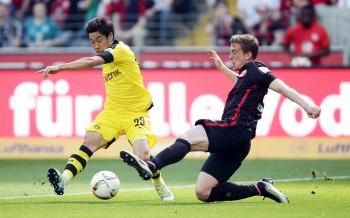 Bastian Oczipka im Zweikampf mit Shinji Kagawa.