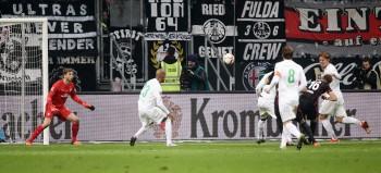 Stefan Aigner erzielt den Siegtreffer zum 2:1 im Hinspiel.