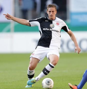 In diesen schwarz-weißen Ausweichtrikots spielte die Eintracht 2013/14 - hier Bastian Oczipka