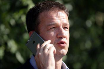 Fredi Bobic und sein ständiger Begleiter am Ohr: Das Smartphone.