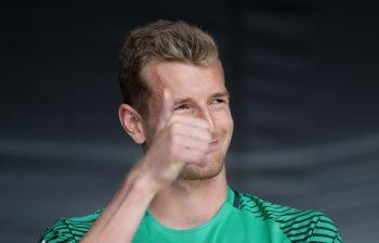 Daumen hoch für den neuen Innenverteidiger: Lukas Hradecky ist überzeugt von Vordermann Michael Hector