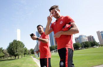 """""""Eingewöhnungshelfer"""" David Abraham (rechts) freut sich über die starken Leistungen von Marco Fabián."""