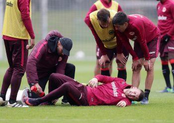 Ante Rebic verletzte sich heute während einem Trainingsspiel. Haris Seferovic und Slobodan Medojevic kümmerten sich um ihren Mannschaftskollegen.