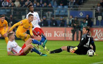 Lewis Holtby trifft zum 1:0 ins eigene Tor. Mijat Gacinovic muss nicht mehr eingreifen (Foto: imago/Jan Huebner)