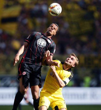 Timothy Chandler mit vollem Einsatz gegen Marcel Schmelzer beim letzten Duell zwischen beiden Teams im Mai.