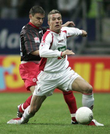 Lukas Podolski Vorne) sah im Duell gegen Alexander Vasoski keinen Stich.