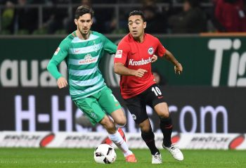 Marco Fabian im Zweikampf mit Bremens Santiago Garcia