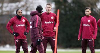 Max Besuschkow (m.) ist während der ersten Trainingseinheit des Jahres im Gespräch mit Trainer Niko Kovac. Auch in Abu Dhabi kann der Mittelfeldspieler auf sich aufmerksam machen.