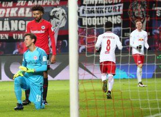 Eintracht-Ersatztorwart Heinz Lindner musste bei seinem Bundesliga-Debüt dreimal den Ball aus dem eigenen Netz fischen. Bild: Imago/Picture Point LE