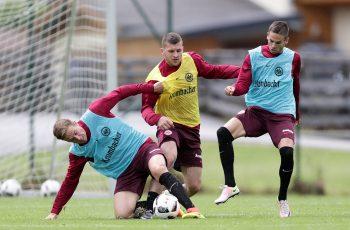 Bastian Oczipka und Ante Rebic kämpfen verbissen um den Ball.