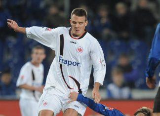 Szene aus einer Bundesliga-Partie der Saison 2009/10: Alex Meier behauptet den Ball vor einem Bielefelder.