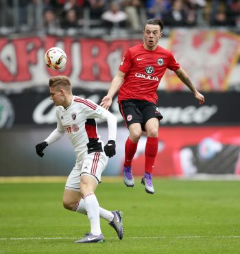 FCI-Mittelfeldtalent Max Christiansen im Zweikampf mit Yanni Regäsel in vergangenen Saison.