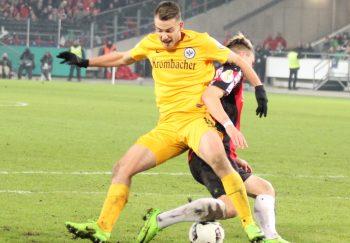 Startelf-Debütant Max Besuschkow im Zweikampf. Die Eintracht nahm den Kampf gestern an.