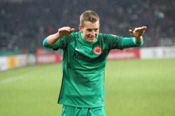 Elfmeter-Killer Lukas Hradecky freut sich über das Weiterkommen im Pokal.
