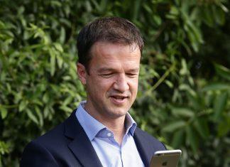 Sportvorstand Fredi Bobic und das Smartphone - im Sommer wird es wieder glühen.