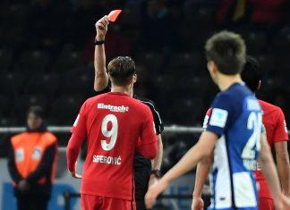 Mit dieser Roten Karten für Haris Seferovic war das Spiel gelaufen (78.). (Foto: imago/Jan Hübner)