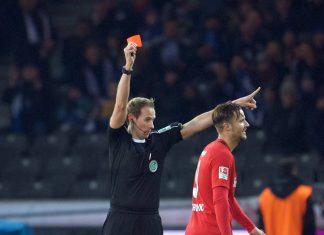 Schiedsrichter Sascha Stegemann zeigt Haris Seferovic die Rote Karte. Von den Fans wird er anschließend mit einer 5,5 abgestraft. (Foto: imago/Camera)