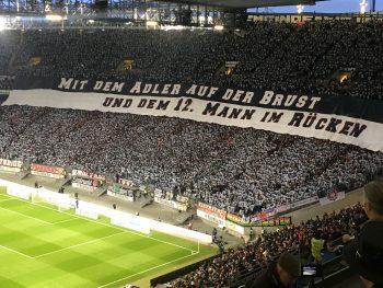 Die Eintracht-Fans begrüßten ihr Team mit einer tollen Choreo.