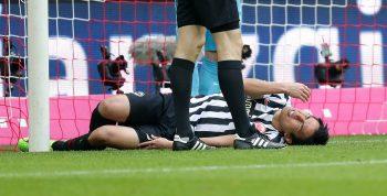 Das Knie schmerzt! Makoto Hasebe wird der Eintracht wohl länger fehlen.