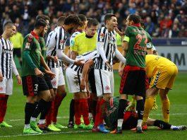 Enttäuschte Gesichter nach der unglücklichen Niederlage gegen den SC Freiburg. In den spielentscheidenden Szenen entschied der Schiedsrichter gegen die SGE. (Foto: imago/Schüler)