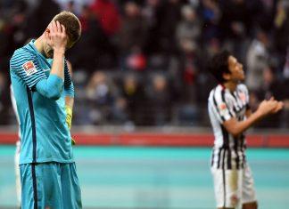 Lukas Hradecky war nach der Niederlage gegen Freiburg ziemlich enttäuscht. Da hilft es auch nicht, wenn die Fans ihn zum Spieler des Spiels wählen. (Foto: imago/Jan Huebner)