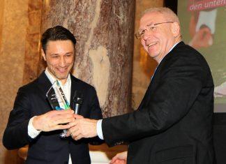 Niko Kovac (li.) bekommt den Fair-Play-Preis von Dr. Michael Vesper (DOSB) überreicht (Foto: imago/Hartenfelser)