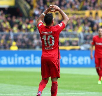 Marco Fabian formt nach seinem Treffer ein Herz. (Bild: imago/Thomas Bielefeld)