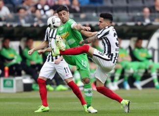 Die Eintracht kämpft um jeden Ball. Bislang konnte sie sich noch nicht mit einem Treffer belohnen.