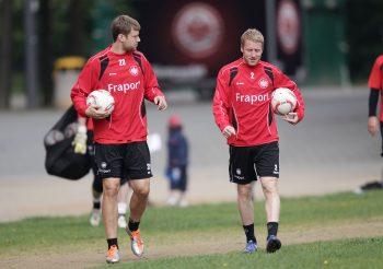 Patrick Ochs (re.) sieht die Lage der Eintracht etwas entspannter als Marco Russ (li.).